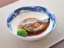 【ご夕食一例】評判の「鮭の兜煮」は骨まで食べられる柔らかさ。
