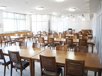 【食堂】お食事は食堂で。外光が大きな窓から差し込みます。