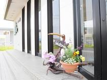 【こだわりの調度品】可愛らしい花とオブジェがみなさまをお出迎え。