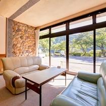 *ロビー/ゆったりソファに腰かけて、自然豊かなお庭の景色をご鑑賞下さい。