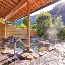 *露天風呂(石風呂)/自然が織り成す景観を眺めながらゆっくりと湯船に浸かる癒しのひと時を。
