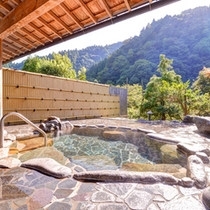 *露天風呂(岩風呂)/自然の息吹を肌で感じながら入浴する贅沢。治癒力に優れた温泉で満足度120%!