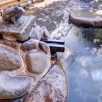 *大浴場(石風呂)/自然の息吹を肌で感じながら入浴する贅沢。治癒力に優れた温泉で満足度120%!