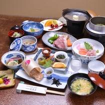 *お夕食一例/季節の旬と地元の食材を活かした郷土料理をお愉しみ下さい。