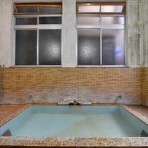 *お風呂/吹き抜けの天井から入る心地良い風を肌で感じながら、体の芯まで温まる天然温泉で癒しのひと時を。