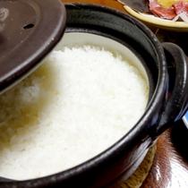 ご飯は鳥取県産のコシヒカリを土鍋で炊き上げます♪ふっくらつやつやのご飯を召し上がれ♪