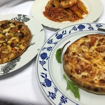 お好きなピザかパスタをどうぞ。