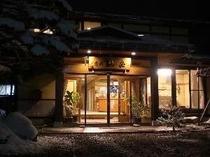 夜の観岳玄関。仕事帰りや、夕食を外で召上るお客様には朝食プランがオススメです!