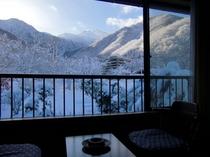 冬の10畳のお部屋からの景色。冬は真っ白な雪景色。焼岳の雪山も眺めながら、温泉を使った暖房で暖かいお