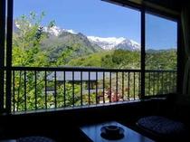 和室8畳。春は残雪の北アルプスと木々の緑が清々しい気持ちにさせてくれます♪