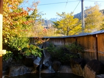 紅葉の貸切露天風呂。10月中旬~11月下旬頃。雪山の焼岳と紅葉の木々を眺めながら、のんびり♪