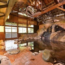 *大浴場(男湯)/大きな岩を伝い流れる湯は源泉かけ流し100%天然温泉。千百余年の伝統を持つ名湯を堪能。