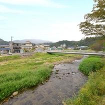 """*近くを流れる清流""""小国川""""/天然アユ釣りで全国的に有名な河川。長閑な田園風景に癒されます。"""