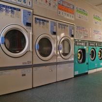 洗剤が自動投入式のドラム式洗濯機(1回500円〜)と乾燥機(1回100円〜)があります