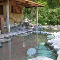 源泉100%かけ流しのお湯にのんびり浸かりながら、自然を五感で感じてください。