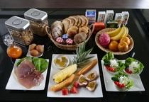 コテージタイプのお部屋<連泊プランの朝食例(3名様分):セルフサービスにて、お召し上がください>