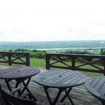 *【テラス】眼下に広がる、庄内平野の風景を楽しむ。