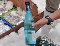 スキー場の雪の中で貯蔵されていた地酒「水尾」