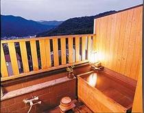 ヒノキ造りの露天風呂