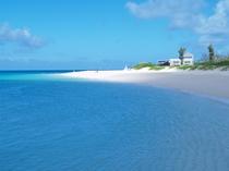 【与那覇前浜ビーチ】当館より車で約20分。東洋一と称えられるビーチは目を見張る美しさです。