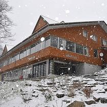 *外観(冬)/ここにあるのは、美しい雪の世界。それだけの贅沢な場所。