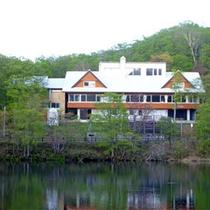 *当館の目の前はドッコ沼/湖畔で静かな休日を是非。