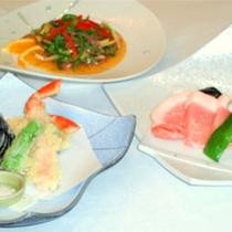 *陶板焼とオホーツク産ずわい蟹の天ぷらなどの和食に中華も入ったミックス満喫コース(一例)
