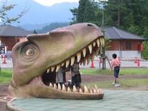 屋外の恐竜、楽しさいっぱい!
