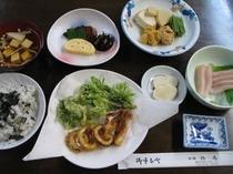 春の夕食の一例(山菜はこしあぶら、たらの芽)