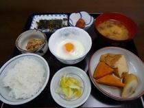 厚揚げの煮物を加えた日替わり朝食の一例