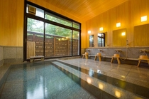 御影石と檜の内風呂