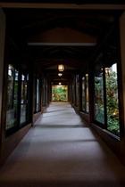 遊季亭に向かう池の上の渡り廊下
