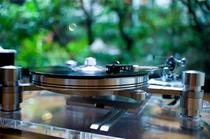 サロンに置かれている【ORACLE】のレコードプレーヤー