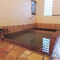*女性用浴室/骨折や傷に有効な湯治場として古くから賑わってきた肘折温泉。