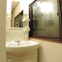 *和室10畳一例/客室内の洗面スペース。お部屋で落ち着いて身支度ができます。