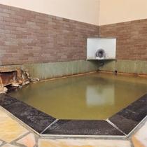 *男性用浴室/源泉かけ流しの天然温泉に24時間お入りいただけます!