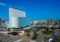 【外観】 ホテル右手にJR宮崎駅、ホテル前は高速バスターミナル