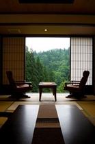 静かな静かな山の中。滴る緑に心が満たされる場所。