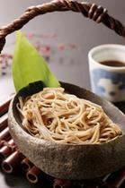 瀧見館の真骨頂の手打ち蕎麦。地元の蕎麦粉を使い、夕食前に手打ちされる。