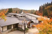 温泉街と滝を眼下に望む高台の宿。銀山温泉唯一無二のロケーションです。