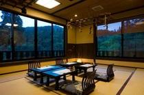 中宴会場はグループ様でのご夕食にも。パノラマの様な眺望が自慢です。