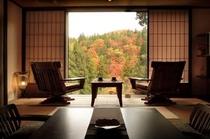 一枚の絵画を眺める様な秋のお部屋。静かな時間が流れます。