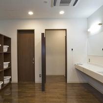 【1階浴場脱衣所】ゆったりとした脱衣所