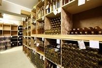 多数のワインが並ぶワイナリー