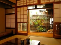 庵 恵美須屋町町家 1F:和室 坪庭をご覧いただけます。