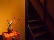 庵 おく玉屋町町家 1F階段横には、お花を設えております。