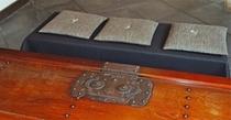 庵 筋屋町  玄関においてあるテーブルは昔の蔵戸をテーブル仕様に変更させたものです。
