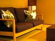 庵 石不動之町町家 1Fリビングの2人掛け用のソファです。