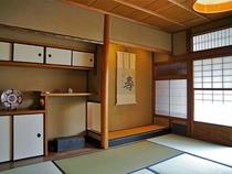 庵 筋屋町 2F和室。8畳と6畳の和室がつながっているので、4-5名さままで『川の字』可能です。
