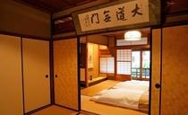 庵 筋屋町 2F和室、襖を抜いて、大きく使うこともできます。